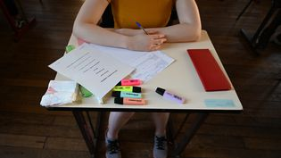 Une lycéenne passe une épreuve du baccalauréat à Paris, le 17 juin 2019. (DOMINIQUE FAGET / AFP)