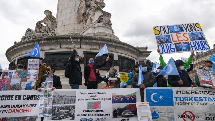 Une manifestation de soutiens aux Ouïghours organisée à Paris, le 14 mars 2021. (JEROME LEBLOIS / HANS LUCAS / AFP)