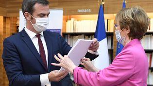 """Nicole Notat remet un rapport au ministre français de la Santé Olivier Veran, à l'issue de la séance de clôture du """"Segur de la Santé"""", le 21 juillet 2020, à Paris. (BERTRAND GUAY / AFP)"""