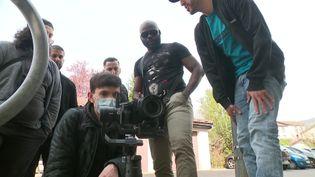 """Oumse Dia et son équipe sur le tournage de la web-série """"Jeu de cité"""", dans la banlieue grenobloise. (France 3 Alpes)"""