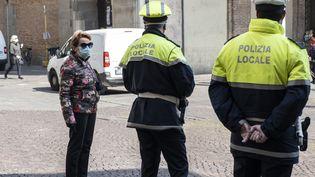 Des policiers surveillent un marché à Padoue (Italie), le 4 avril 2020. (ROBERTO SILVINO / NURPHOTO / AFP)