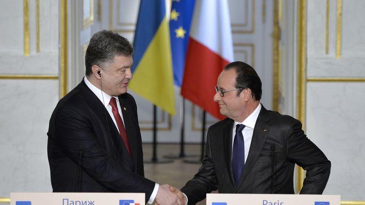 Le président ukrainien, Petro Porochenko, et le président français, François Hollande, à l'Elysée, mercredi 22 avril 2015. (MIGUEL MEDINA / AFP)