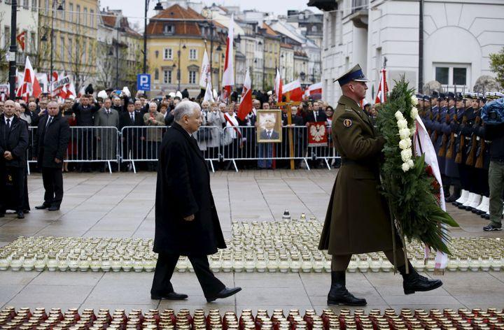 Le 10 avril 2010 devant le palais présidentiel, Jarosław Kaczyński assiste à la cérémonie commémorant le sixième aniversaire du crash de Smolensk, au court duquel périt son frère jumeau Lech ainsi que 95 autres personnes. (REUTERS/Kacper Pempel)