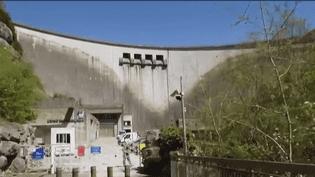 Un gigantesque barrage de 135 m de haut a été construit il y a 50 ans, à Vouglans, dans le Jura. EDF promet qu'il surveille l'ouvrage mais il y aurait-il un risque de rupture ? (FRANCE 2)