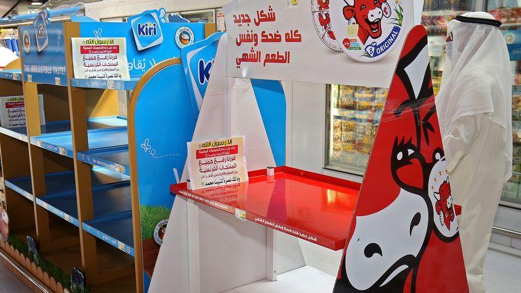 Un étalage vidé des puoduits français dans un supermarché de Koweit City. (YASSER AL-ZAYYAT / AFP)