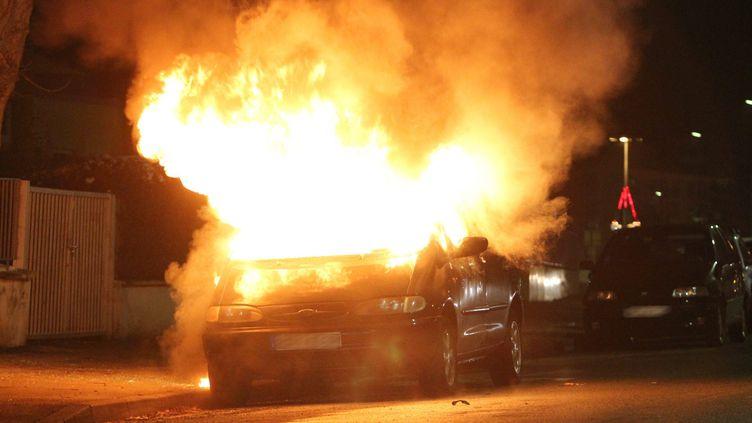 Une voiture incendiée à Colmar, le 31 décembre 2011. (  MAXPPP)