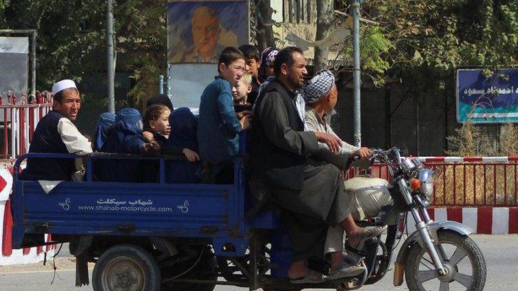 Les résidents de Kunduz quittent la ville, le 5 octobre 2016, au milieu des combats en cours entre les talibans et les forces de sécurité afghanes. (BASHIR KHAN SAFI / AFP)