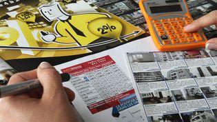 (C'est l'heure de faire des calculs... pour propriétaires et locataires © Maxppp)