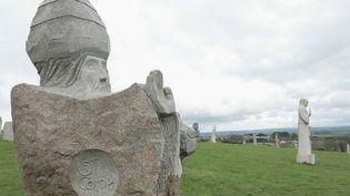 La Vallée des Saints, sur la colline de Quénéquillec, dans la commune de Carnoët (Côtes-d'Armor), est une curiosité bretonne. Des sculptures de géants y sont exposées, au plus grand bonheur des promeneurs. (France 2)