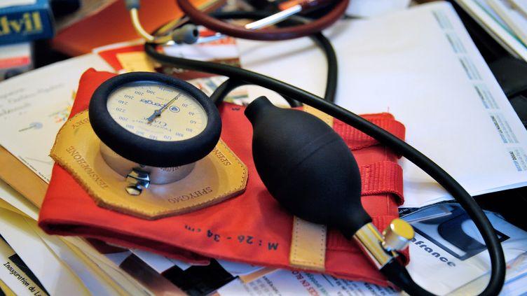 Un tensiomètre dans un cabinet médical, le 25 septembre 2012, àGodewaersvelde (Nord). (PHILIPPE HUGUEN / AFP)