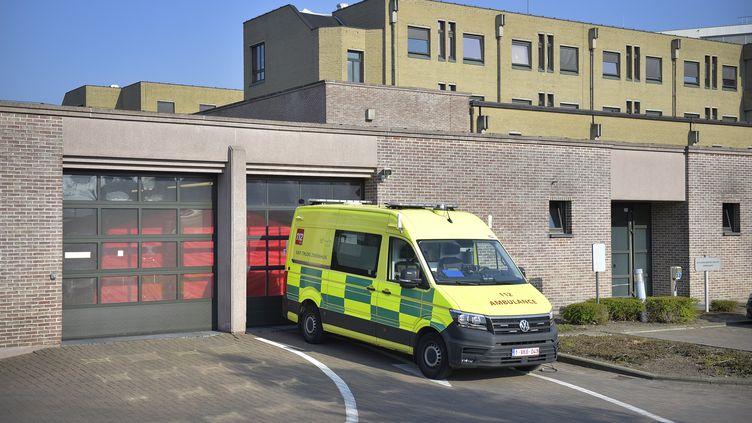 Une ambulance à l'hôpital Saint-Trudon de Saint-Trond, en Belgique, le 28 mars 2020. (YORICK JANSENS / BELGA MAG / AFP)