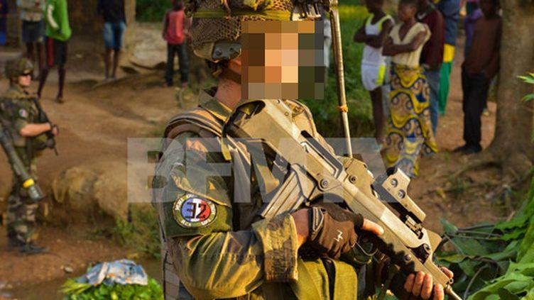 Photographie d'un soldat portant un macaron aux références nazies en Centrafrique. Le cliché a été retiré de la page Facebook des opérations extérieures de l'armée, mais envoyé à la chaîne BFMTV. (ARMEE / BFMTV)