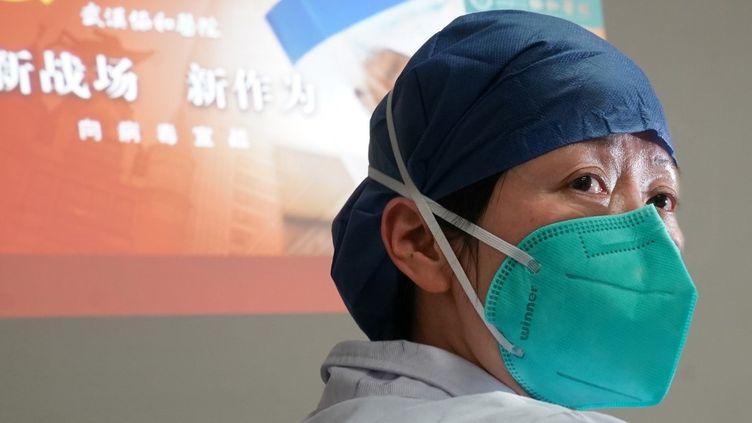 Zhou Qiong, un médecinmembre de l'équipe dédiéeà la lutte contre l'épidémie de coronavirus qui sévit en Chine, à Hubei le 22 janvier 2020. (CHENG MIN / XINHUA)