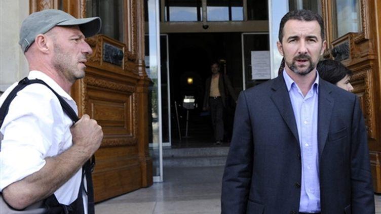 Un photographe de Gamma (G) et Stephane Ledoux, le PDG d'Eyedea, le 30 juillet 2009. (© AFP/BERTRAND GUAY)