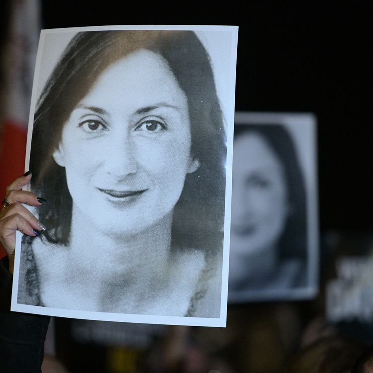 En novembre 2019, des milliers de personnes défilent dans les rues de La Valette (Malte), un portrait de Daphne Caruana Galizia à la main. (MATTHEW MIRABELLI / AFP)