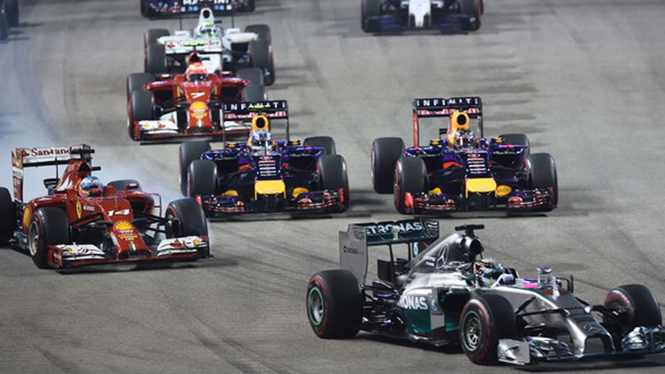 Lewis Hamilton a pris les devants dès le premier virage du GP de Singapour (TOSHIFUMI KITAMURA / AFP)