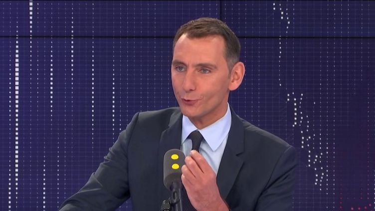 """Laurent Jacobelli, porte-parole du Rassemblement national, invité du """"8h30 politique"""", jeudi 22 août 2019. (FRANCEINFO / RADIOFRANCE)"""