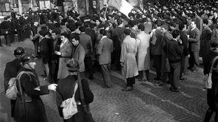 Manifestation d'ouvriers algériens en grève à l'appel du Mouvement national algérien dirigé par le leader nationaliste Messali Hadj à Paris, le 9 mars 1956. (- / INTERCONTINENTALE)