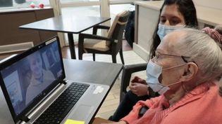 Une association franco-britannique met en relation des personnes âgées isolées avec de jeunes bénévoles anglais qui apprennent le français. (CAPTURE ECRAN FRANCE 2)
