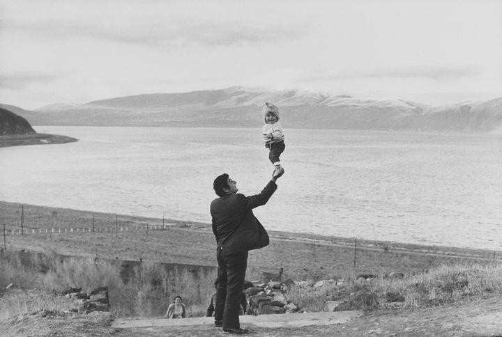 Henri Cartier-Bresson. Lac Sevan, Arménie, URSS, 1972. Épreuve gélatino-argentique de 1973. (Fondation Henri Cartier-Bresson / Magnum Photos)