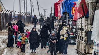 Des femmes et leurs enfants dans le camp de Al-Hol dans le nord de la Syrie, le 19 janvier 2021. (DELIL SOULEIMAN / AFP)
