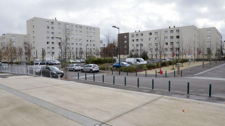 Une rue de Mantes-la-Ville, dans les Yvelines. (JACQUES DEMARTHON / AFP)