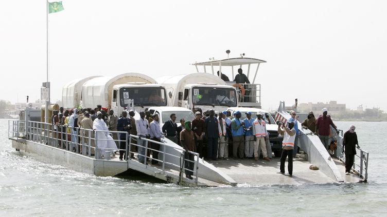 Le 29 janvier 2008, un premier groupe de réfugiés traverse le fleuve Sénégal, de retour en Mauritanie. (NORMAND BLOUIN / X02445)