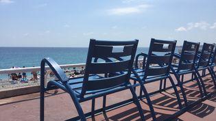 Les célèbres chaises bleues sur la Promenade des Anglais à Nice (Alpes-Maritimes). (ROMAIN BERCHET / FRANCE-BLEU AZUR)