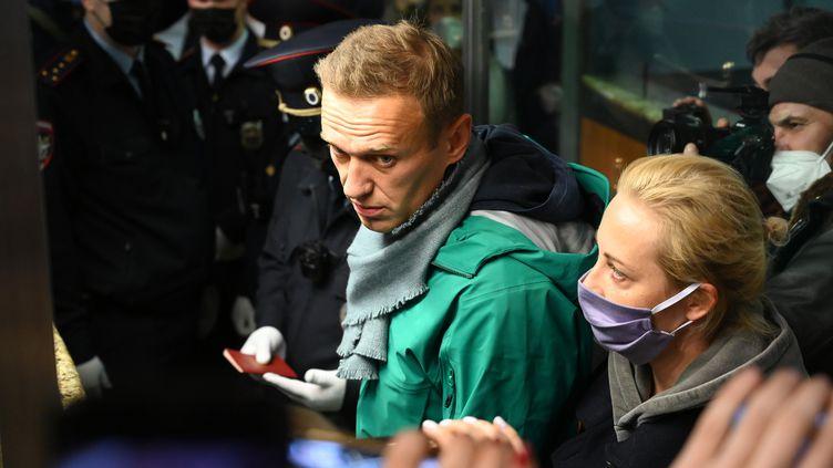 L'opposant poltique russe Alexeï Navalny et son épouse Ioulia lors des contrôles de passeport à l'aéroportSheremetyevo de Moscou, le 17 janvier 2021. (KIRILL KUDRYAVTSEV / AFP)