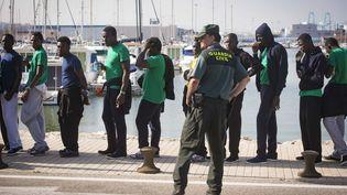 Des migrants dans le port d'Algeciras, en Andalousie (Espagne), le 2 juin 2017, après avoir été secouru dans le détroit de Gibraltar. (MARCOS MORENO / AFP)