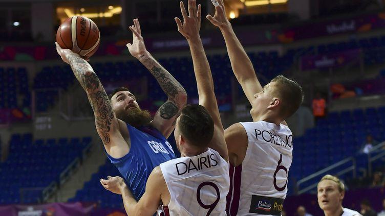 Kristaps Porzingis et Dairis Bertains montent au contre face à Gereth Murray lors de l'EuroBasket. (OZAN KOSE / AFP)