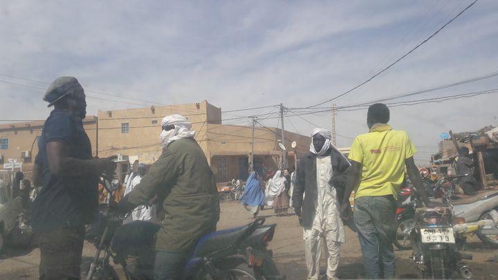 Ce passeur (en turban blanc) explique que depuis la loi, les tarifs pour aller en Libye ont explosé et qu'en prenant des routes secondaires pour éviter la police, les chauffeurs mettent davantage les migrants en danger. (SANDRINE ETOA-ANDEGUE / RADIO FRANCE)