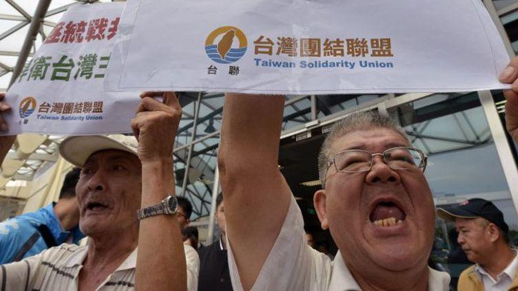 Ils étaient des dizaines à protester contre la venue d'un dignitaire chinois, le 22 août 2016, à Taipei, la capitale taïwanaise. Dans le pays, ils sont nombreux à craindre la montée en puissanceet les velléitésdu grand voisin continental. (SAM YEH / AFP)