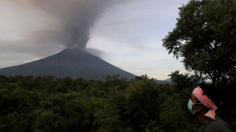Le volcan Agung, vu depuis le village de Kubu, sur l'île de Bali (Indonésie), le 27 novembre 2017. (JOHANNES CHRISTO / REUTERS)