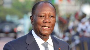Alassane Ouattara, 78 ans, renonce solennellement à briguer un troisième mandat à la grande surprise de ses adversaires politiques. (LUDOVIC MARIN / AFP)