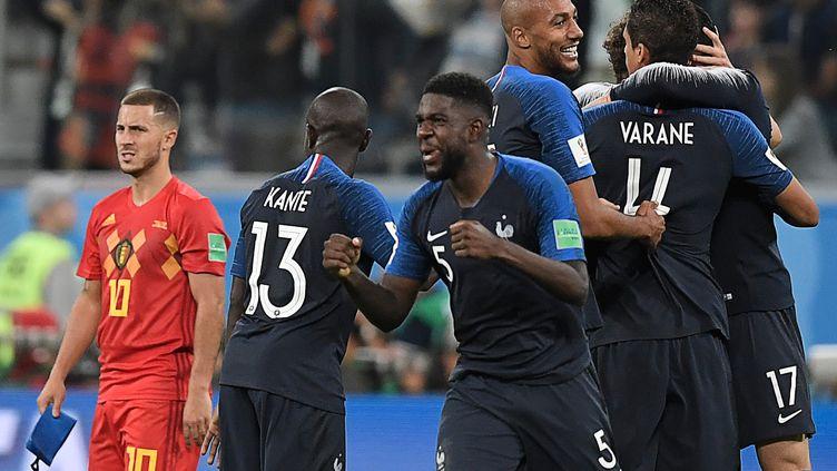 Le défenseur des Bleus Samuel Umtiti célèbre la victoire de la France face à la Belgique (1-0) en demi-finale de Coupe du monde, le 10 juillet 2018 àSaint-Pétersbourg (Russie). (GABRIEL BOUYS / AFP)