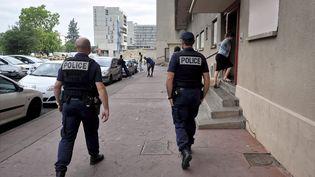 Des policiers patrouillent dans un quartier de Toulouse (Haute-Garonne), le 2 juin 2017. (MAXPPP)