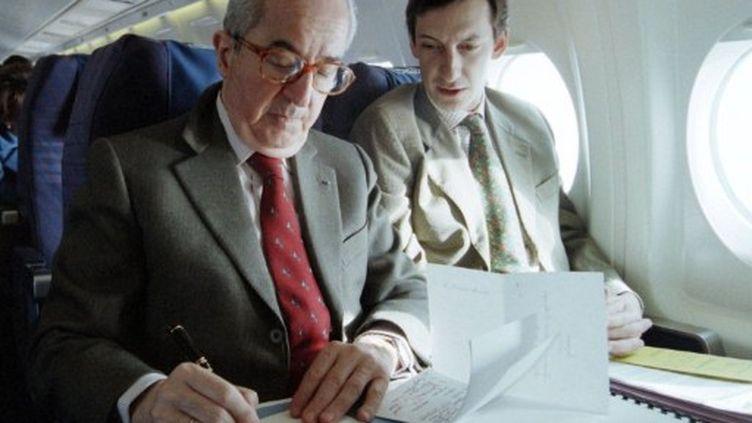 Edouard Balladur et son directeur de cabinet Nicolas Bazire, en mars 1995. (ASCAL GUYOT / AFP)