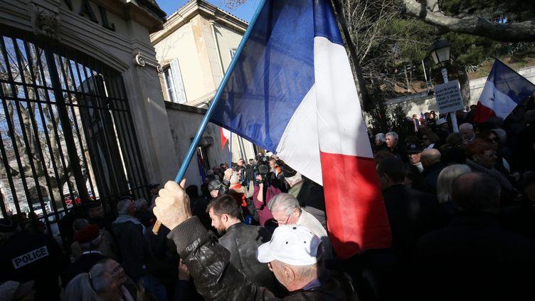 Manifestation à l'entrée du Zénith de Toulon (Var), le 18 février 2017, contre Emmanuel Macron après ses propos controversés sur la colonisation. (MAXPPP)