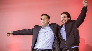 Alexis Tsipras, chef de file du parti grec Syriza, et Pablo Iglesias, leader du parti espagnol Podemos, lors d'un meeting à Athènes (Grèce), le 22 janvier 2015. (MICHAEL KAPPELER / DPA / AFP)