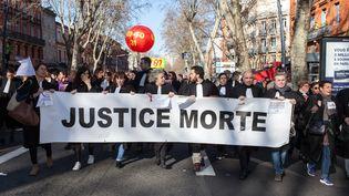 Des avocats prennent part à une manifestation interprofessionnelle contre la réforme des retraites, le 9 janvier 2020 à Toulouse (Haute-Garonne). (PATRICIA HUCHOT-BOISSIER / HANS LUCAS / AFP)