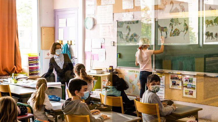 Une classe d'une école élémentaire à Elne (Pyrénées-Orientales), le 26 avril 2021, alors que le port du masque était imposé aux élèves. (JC MILHET / HANS LUCAS / AFP)