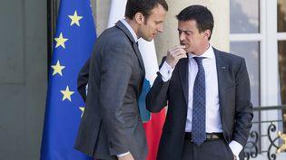 Le ministre de l'Economie Emmanuel Macron (à gauche) et le Premier ministre Manuel Valls à la sortie de l'Elysée, à Paris, le 31 juillet2015. (ETIENNE LAURENT / AFP)