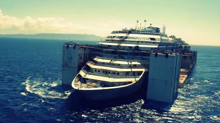 "Capture d'écran de la vidéo aérienne du ""Costa Concordia"" postée sur YouTube, mercredi 23 juillet 2014. (FRANCESCO MARINARI / YOUTUBE)"