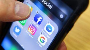 Divers logos de réseaux sociaux sur un écran de smartphone. (KIRILL KUDRYAVTSEV / AFP)
