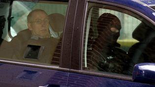 Michel Fourniret dans une voiture de police, le 21 mai 2008, à Charleville-Mézières (Ardennes). (ALAIN JULIEN / AFP)