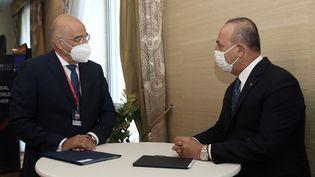Le ministre des affaires étrangères turc,Mevlut Cavusoglu (à droite) et son homologue grecNikos Dendias (à gauche) à Bratislava (Slovaquie), le 8 octobre 2020. (FATIH AKTAS / ANADOLU AGENCY / AFP)