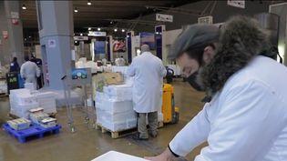 Le marché de Rungis, qui approvisionne toute l'Île-de-France en produits frais, est en ébullition avant la réouverture des terrasses, mercredi 19 mai. (CAPTURE ECRAN FRANCE 2)