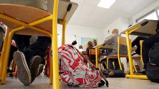 En Seine-Saint-Denis, une professeure du collège Elsa Triolet à Saint-Denis a été braquée jeudi devant ses élèves. Photo d'illustration d'une salle de classe. (DESTOC / MAXPPP)