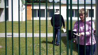 Un mineur délinquant entre dans la cour intérieure du Centre éducatif fermé de Mulhouse après avoir recupéré des documents pour sa sortie prochaine, le 18 mai 2009. (SEBASTIEN BOZON / AFP)